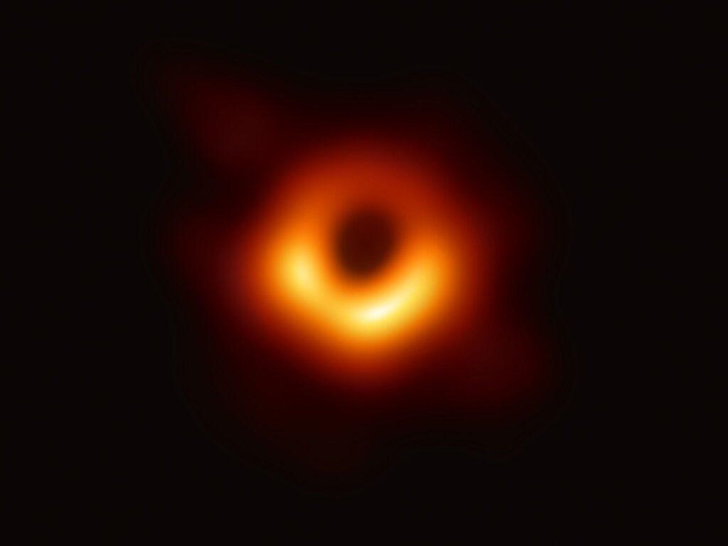 Так выглядит первое в истории фото черной дыры