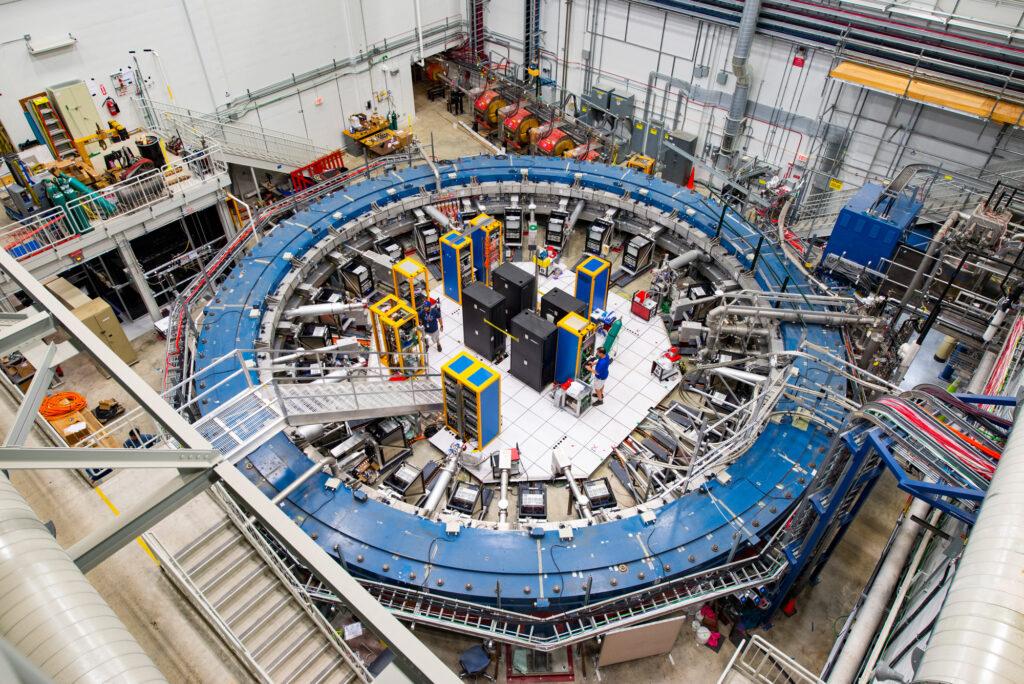 Мюонное кольцо g-2 в Национальной ускорительной лаборатории имени Энрико Ферми (Fermilab, США), работает при температуре минус 450 градусов по Фаренгейту и изучает колебания мюонов при прохождении через магнитное поле.